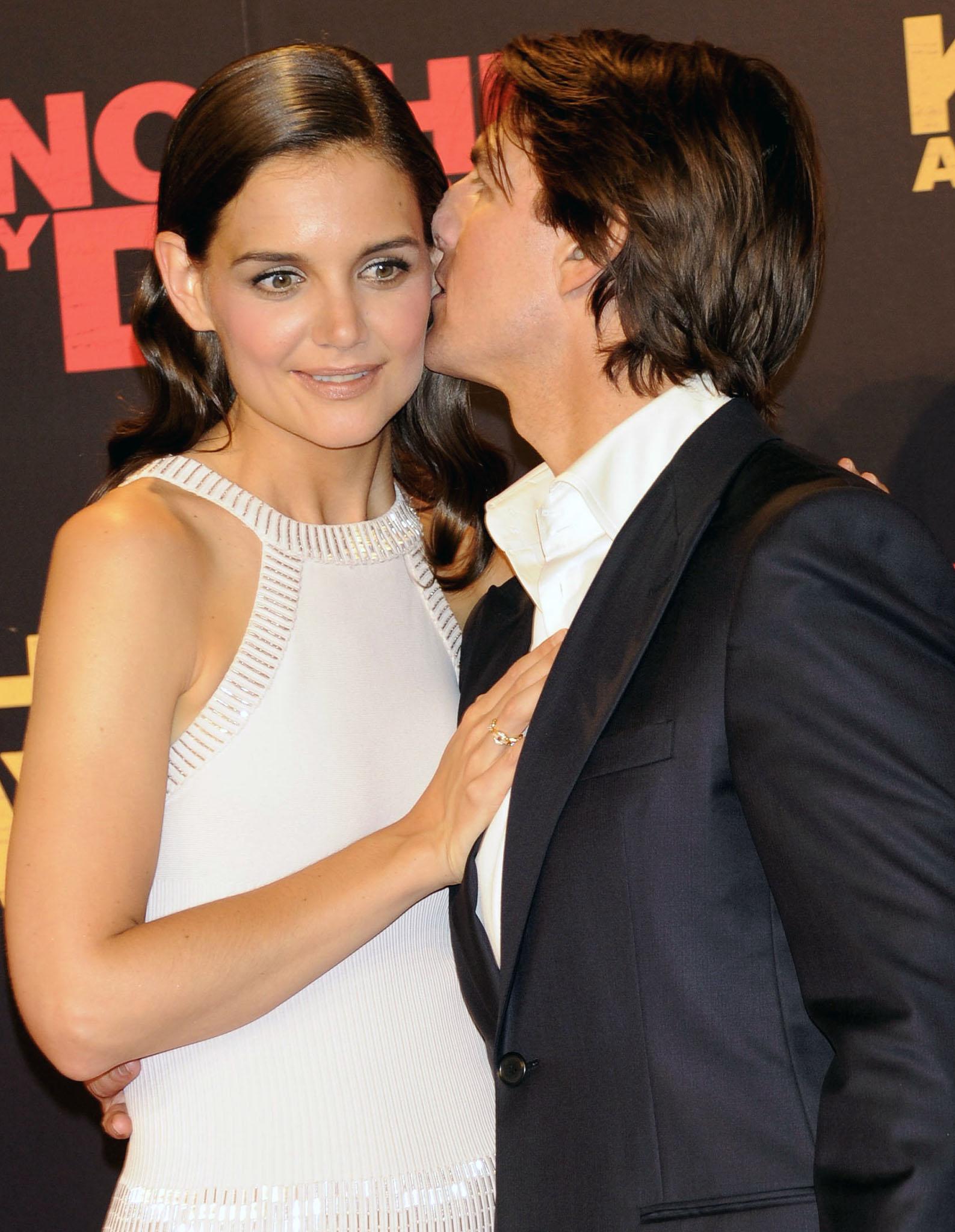 awkward-kisses-tom-cruise2a.jpg