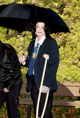 Michael Jackson - outside Santa Barbara courthouse, December 4, 2002