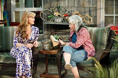 "Malibu Country - Season 1 - ""Pilot"" - Sara Rue and Lily Tomlin"