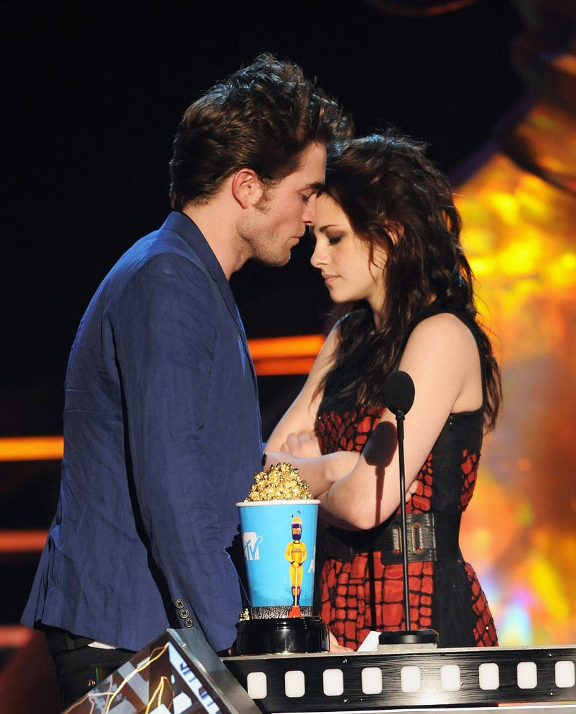 Robert Pattinson and Kristen Stewart onstage during the 2009 MTV Movie Awards held at the Gibson Amphitheatre on May 31, 2009 i