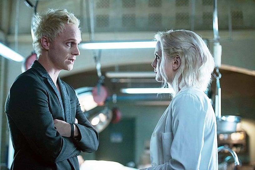 """iZombie - Season 1 - """"Pilot"""" - David Anders and Rose McIver"""