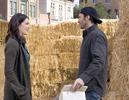 "Gilmore Girls - ""Hay Bale Maze"" - Lauren Graham as Lorelai, Scott Patterson as Luke"