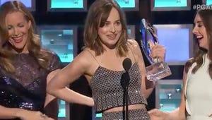 Leslie Mann Caused a Dakota Johnson Wardrobe Malfunction at the People's Choice Awards