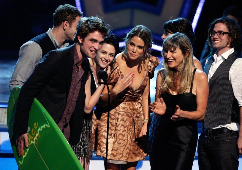Kellan Lutz, Robert Pattinson, Kristen Stewart, Nikki Reed, Catherine Hardwicke, Ashley Greene and Jackson Rathbone accept the Twilight Award onstage during the 2009 Teen Choice Awards held at the Gibson Amphitheatre on August 9, 2009