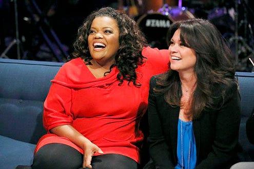 Hollywood Game Night - Season 1 - Yvette Nicole Brown and Valerie Bertinelli