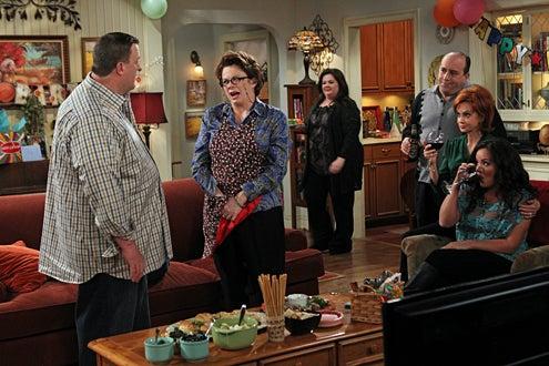 "Mike & Molly - Season 3 - ""Party Planners"" - Billy Gardell, Rhondi Reed, Melissa McCarthy, Louis Mustillo, Swoosie Kurtz, and Katy Mixon"