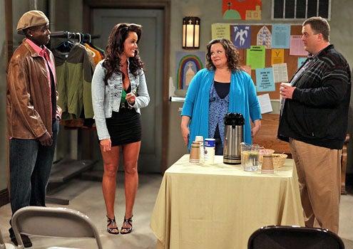 "Mike & Molly - Season 1 - ""Pilot"" - Reno Wilson as Carl McMillan, Katy Mixon as Victoria, Billy Gardell as Mike Biggs and Melissa McCarthy as Molly Flynn"