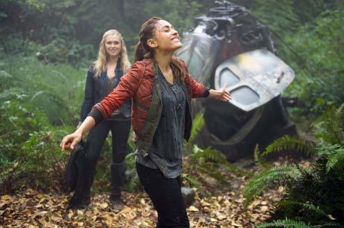 "The 100 - Season 1 ""Twilight's Last Gleaming"" - Eliza Taylor and Lindsey Morgan"
