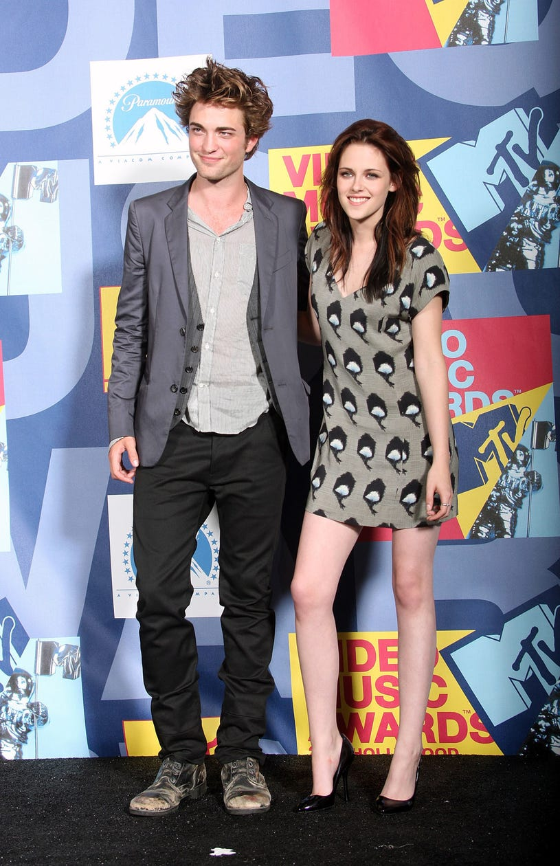 Robert Pattinson and  Kristen Stewart pose in the press room at the 2008 MTV Video Music Awards  at Paramount Pictures Studios on September 7, 2008