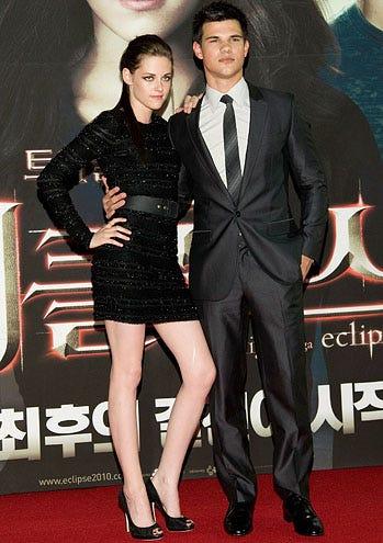 "Kristen Stewart and Taylor Lautner - The ""Twilight Saga: Eclipse"" Red Capet & Fan Meeting in Seoul, South Korea, June 3, 2010"
