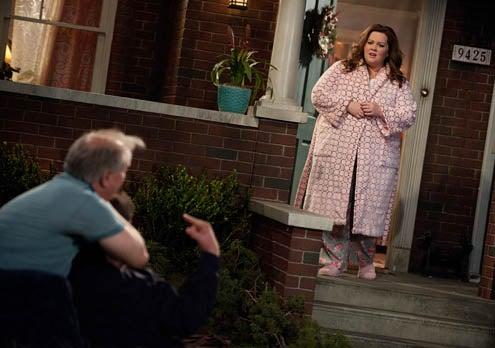 "Mike & Molly - Season 2 - ""Bachelor / Bachelorette"" - Billy Gardell, Melissa McCarthy, Francis Guinan"