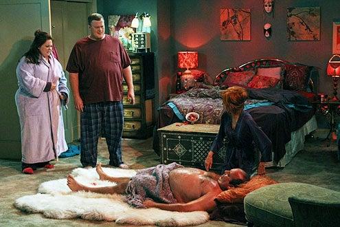 "Mike & Molly - Season 3 - ""Vince Takes a Bath"" - Melissa McCarthy, Billy Gardell, Louis Mustillo and Swoosie Kurtz"